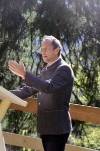 Bayerns Umweltminister Thorsten Glauber freut sich über den neuen Schutz vor Lawinen und Steinschlag sowie über die Gemeinschaftsleistung von Wasserwirtschaftsamt, Forstamt und Straßenbau.